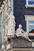 Figuren über Laden, Einkaufstraße, Ilmenau, Thüringen, Deutschland | figures over shop, shopping street, Ilmenau, Thuringia, Germany