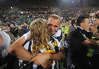 FUSSBALL INTERNATIONAL  SERIE A  SAISON  2011/2012  37.Spieltag  Cagliari Calcio - Juventus Turin  06.05.2012 Giorgio Chiellini (Juveltus) jubelt nach dem Spiel mit den Fans ueber den Sieg