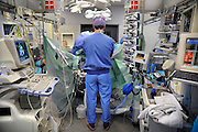 Nederland, Nijmegen, 28-11-2008Een anesthisist staat bij de operatietafel te kijken naar een hartoperatie. Zijn werkomgeving staat vol apparatuur om de patient te monitoren.Foto: Flip Franssen