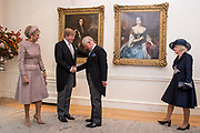 Staatsbezoek van Koning Willem Alexander en Koningin M&aacute;xima aan het Verenigd Koninkrijk<br /> <br /> Statevisit of King Willem Alexander and Queen Maxima to the United Kingdom<br /> <br /> Op de foto / On the photo: Koning Willem Alexander en koningin Maxima begroeten Charles, Prins van Wales, en Camilla, Hertogin van Cornwall in de Residentie van de Ambassadeur <br /> <br /> King Willem Alexander and Queen Maxima greet Charles, Prince of Wales, and Camilla, Duchess of Cornwall in the Residence of the Ambassador