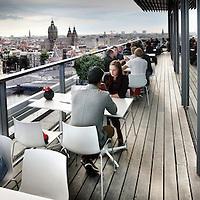 Nederland, Amsterdam , 28 juli 2012..de Skylounge van Doubletree hotel vandaan, waar net vandaag een verbouwing is begonnen. Clubben op niveau..Foto:Jean-Pierre Jans