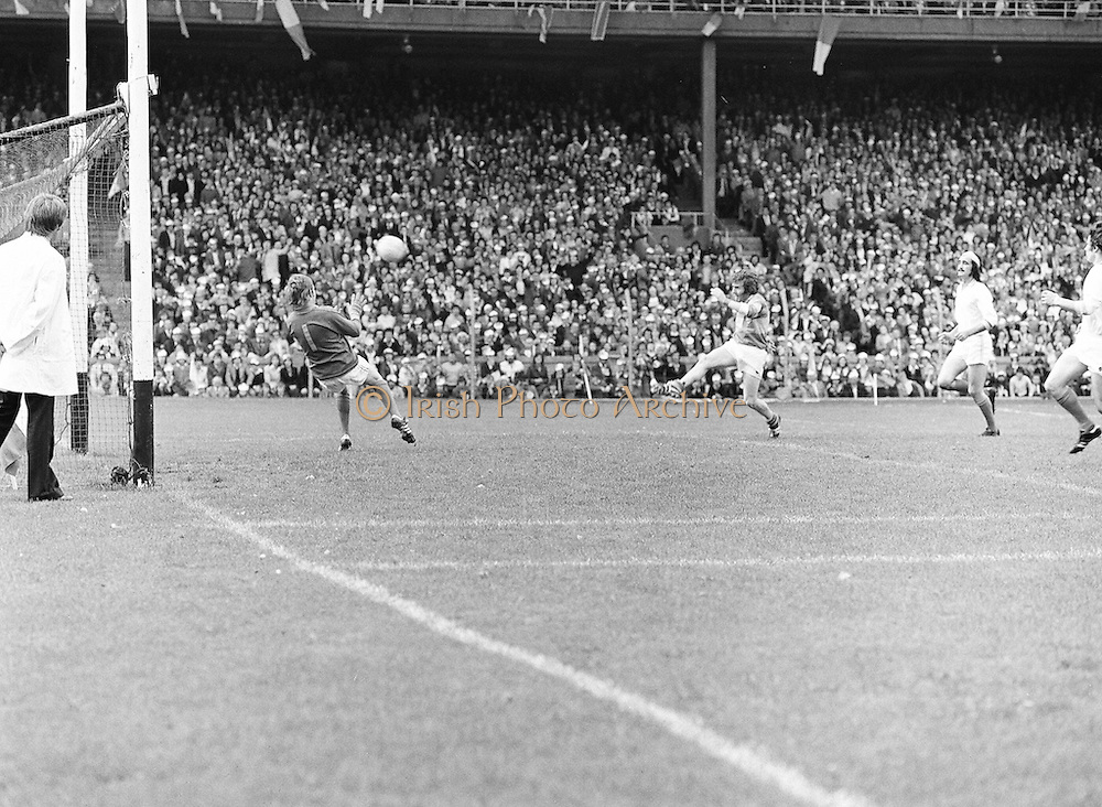 Roscommon kicks the ball towards the goal which the Armagh goalie successfully saved during the All Ireland Senior Gaelic Football Semi Final Replay Roscommon v Armagh in Croke Park on the 28th August 1977. Armagh 0-15 Roscommon 0-14.
