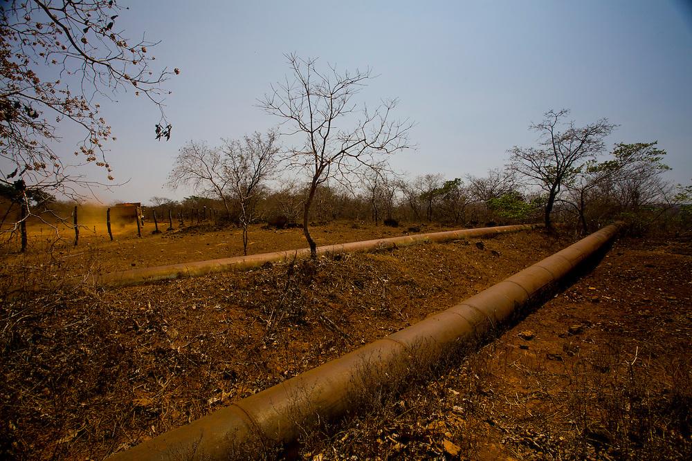 Jequitai_MG, Brasil.<br /> <br /> Projeto de irrigacao abandonado na estrada que liga Francisco Dumont a BR 135 em Jequitai, Minas Gerais.<br /> <br /> Abandoned irrigation project on the road linking Francisco Dumont to BR 135 in Jequitai, Minas Gerais.<br /> <br /> Foto: LEO DRUMOND / NITRO