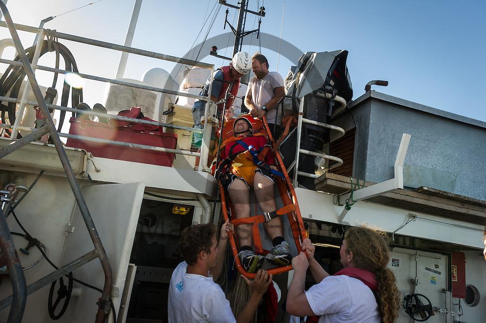 Die Besatzung des Fluechtlingsrettungsboot Sea-Watch 2 trainiert am 19.09.2016 in den Gewaessern vor Lampedusa, Italien die richtige Benutzung eines Schleifkorbs. Foto: Markus Heine / heineimaging<br /> <br /> ------------------------------<br /> <br /> Veroeffentlichung nur mit Fotografennennung, sowie gegen Honorar und Belegexemplar.<br /> <br /> Publication only with photographers nomination and against payment and specimen copy.<br /> <br /> Bankverbindung:<br /> IBAN: DE65660908000004437497<br /> BIC CODE: GENODE61BBB<br /> Badische Beamten Bank Karlsruhe<br /> <br /> USt-IdNr: DE291853306<br /> <br /> Please note:<br /> All rights reserved! Don't publish without copyright!<br /> <br /> Stand: 09.2016<br /> <br /> ------------------------------