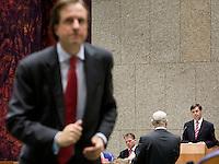 Nederland. Den Haag, 20 september 2007.<br /> Tweede dag algemene politieke beschouwingen in de tweede kamer.<br /> MARIJNISSEN AAN DE INTERRUPIEMICROFOON, PECHTOLD LOOPT NAAR EEN MEDEWERKER IN DE WANDELGANG.JAN PETER BALKENENDE EN WOUTER BOS LUISTEREN IN VAK K<br /> Foto Martijn Beekman <br /> NIET VOOR TROUW, AD, TELEGRAAF, NRC EN HET PAROOL