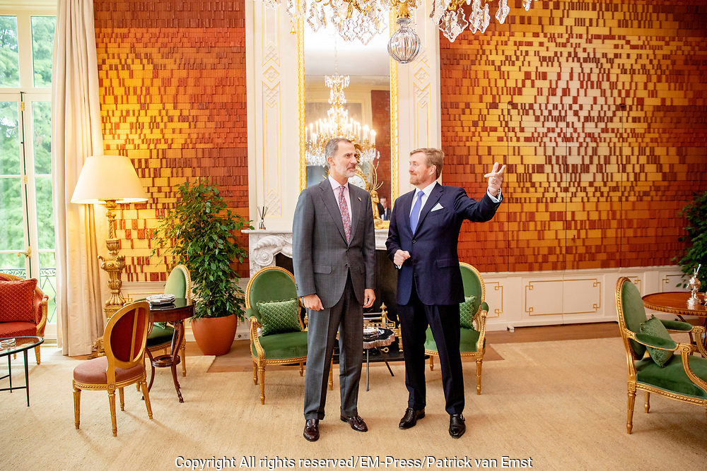 De Spaanse koning Felipe wordt in paleis Huis ten Bosch voor een lunch ontvangen door koning Willem-Alexander. <br /> <br /> The Spanish king Felipe is received by King Willem-Alexander for a lunch at Huis ten Bosch Palace.