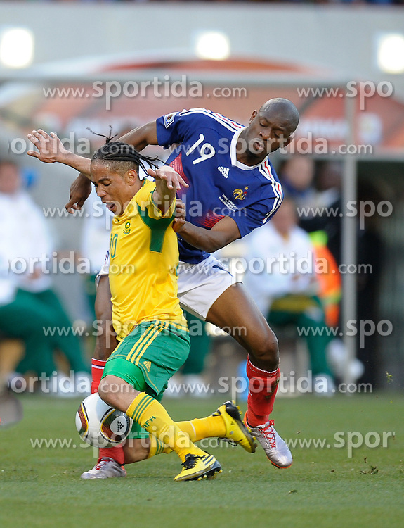 Steven Pienaar of South Africa in action with Abou Diaby of France, France v South Africa, FIFA World Cup 2010 Group A, Free State Stadium, Bloemfontein, South Africa, Date 22062010 Picture by Marc Atkins Mobile +27 8200 97621 (IPS PHOTO AGENCY) - 21 Delisle road - London SE28 0JD- tel: 020 88 55 1 008 - fax: 020 88 55 1037 - ISDN: 020 88 55 1039. / SPORTIDA PHOTO AGENCY