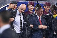 FUSSBALL  WM 2018  FINALE  ------- Frankreich - Kroatien    15.07.2018 FIFA-Praesident Gianni Infantino (li, Schweiz) und Praesident Wladimir Wladimirowitsch Putin (re, Russland) stehen im Regen