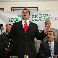 Toluca, Mex.- Felipe Alvarez Cibiran, presidente del Consejo Directivo Nacional (izq), y Jose Neira Garcia (der), presidente de la Federacion de Colegios, Barras y Asociaciones del Estado de Mexico (FECOBA), anunciaron que presentaron ante el congreso del Estado tres propuestas de iniciativa de ley, una de ellas para dotar de seguridad social a los periodistas del estado de Mexico a travez de un fondo que provenga de los gastos que se destinan para comunicacion social. Agencia MVT / Javier Rodriguez. (DIGITAL)<br /> <br /> <br /> <br /> <br /> <br /> NO ARCHIVAR - NO ARCHIVE