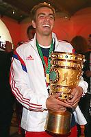 FUSSBALL  DFB POKAL FINALE  SAISON 2013/2014 Borussia Dortmund - FC Bayern Muenchen     17.05.2014 FC Bayern Bankett in der Telekom Zentrale;  Philipp Lahm mit Pokal