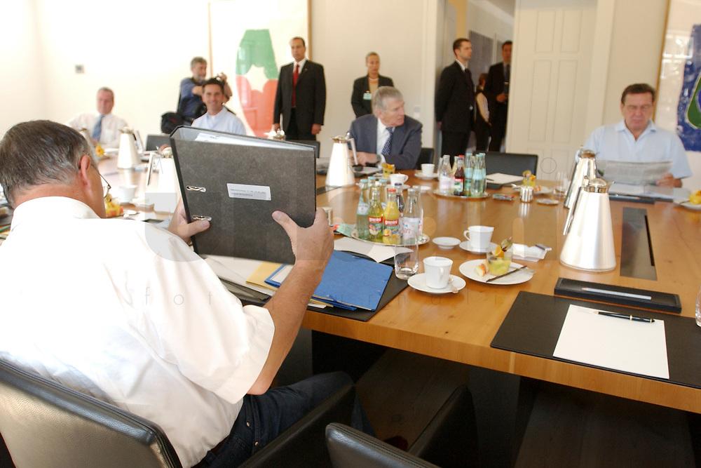 28 JUN 2003, NEUHARDENBERG/GERMANY:<br /> Hans Eichel (L), SPD, Bundesfinanzminister, sitzt, mit etlichen Aktenordnern, gegenüber von Otto Schily (M), SPD, Bundesinnenminister, und  Gerhard Schroeder (R), SPD, Bundeskanzler, vor Beginn der Klausurtagung des Bundeskanbinetts, Schloss Neuhardenberg, Brandenburg<br /> IMAGE: 20030628-01-029<br /> KEYWORDS: Kabinett, Sitzung, Klausur, Kabinettsklausur, Schloß Neuhardenberg, Gerhard Schröder, Akte, Unterlagen, papers
