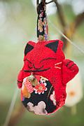 En dekoration i ett tr&auml;d vid katt-templet p&aring; Tashirojima. &Ouml;n som kallas f&ouml;r &quot;katt&ouml;n&quot; eftersom h&auml;r lever hundratals katter tillsammans med ca 50 personer.   <br /> Ishinomaki, Miyagi Prefecture, Japan. <br /> Fotograf: Christina Sj&ouml;gren<br /> Copyright 2018, All Rights Reserved