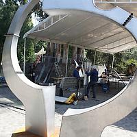 Toluca, México.- El Parque Matlatzincas  es la sede para la realización del  XXII  Simposio Internacional de Esculturas de Acero Inoxidable Toluca 2013,  en donde se rinde un homenaje al maestro francés Vicent Di Vincenzo; participan 8 escultores de países como Francia, España,  Chipre, China, Brasil y México, y las obras  serán expuestas durante el Festival del Alfeñique.  Agencia MVT / Crisanta Espinosa