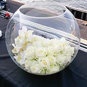 NLD/Amsterdam/20130705 - Presentatie Johnnie Walker Voyager - Jan Taminiau coctail, schaal met witte rozen