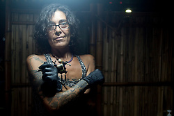 Barbara è tatuatrice, una delle prime italiane approdate nella riviera maya. Oggi è stanca di vedere tanti italiani e vuole andarsene in un posto più isolato.