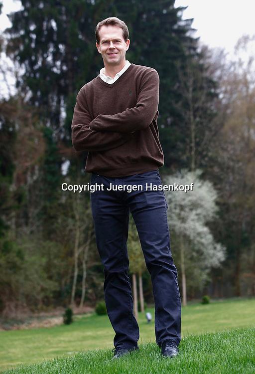 ex Tennis Profi Stefan Edberg (SWE) posiert fuer ein Fototermin,Einzelbild,<br /> Ganzkoerper,Hochformat,privat,