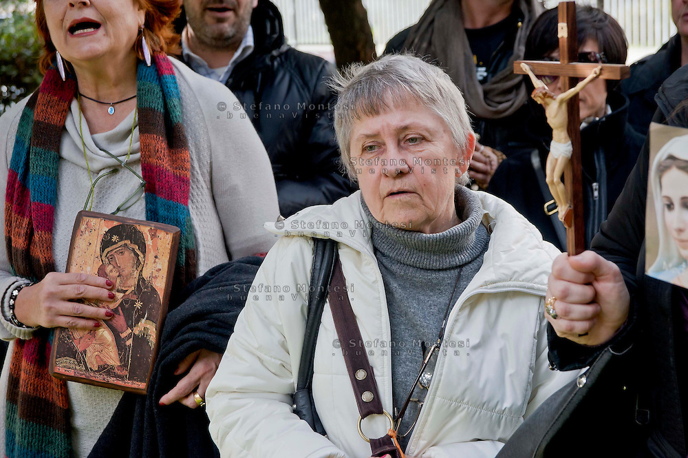 Roma 17 Febbraio 2014<br />  Preghiera di protesta, di Militia Christi e dei Papaboys, contro l'esibizione del cantante  americano Rufus WainWright sul palco dell'Ariston al festival di San Remo, davanti alla Sede Rai di Viale Mazzini. I manifestanti  accusano il  cantatante americano di essere &ldquo;blasfemo&rdquo; per la sua canzone &ldquo;Gay Messiah&rdquo;, dove annuncia l&rsquo;arrivo di un messia omosessuale.<br /> Rome, February 17, 2014<br /> &nbsp;Prayer protest  of Militia Christi and Papaboys  against the performance of American singer Rufus Wainwright on the stage of the Festival of San Remo, in front of the Rai headquarters in Viale Mazzini. The protesters accuse the American cantatante to be &quot; blasphemous&quot; for his song &quot; Gay Messiah&quot; , which announces the arrival of a messiah homosexual.
