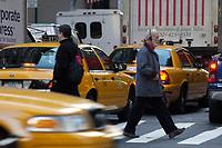 21 NOV 2003, NEW YORK/USA:<br /> Yellow Cab Taxis und Fussgaenger auf den Strassen von Manhatten, New York<br /> IMAGE: 20031121-02-027<br /> KEYWORDS: Taxi, Strasse, Fußgänger