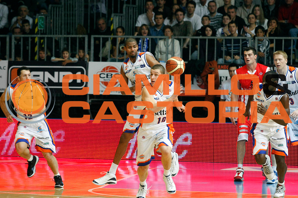 DESCRIZIONE : Cantu Lega A1 2007-08 Tisettanta Cantu Siviglia Wear Teramo<br /> GIOCATORE : Donnie Mc Grath<br /> SQUADRA : Tisettanta Cantu<br /> EVENTO : Campionato Lega A1 2007-2008<br /> GARA : Tisettanta Cantu Siviglia Wear Teramo<br /> DATA : 28/10/2007<br /> CATEGORIA : Palleggio<br /> SPORT : Pallacanestro<br /> AUTORE : Agenzia Ciamillo-Castoria/G.Cottini
