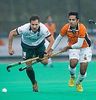 ROTTERDAM - HOCKEY -  Jeffrey Thijs (l) van R'dam in duel met Fareed Ahmed van OZ tijdens de hoofdklasse hockeywedstrijd tussen de mannen van Rotterdam en Oranje-Zwart (0-2). COPYRIGHT KOEN SUYK