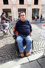 20130301 DANA CARLOS DAVANTI ALLO SCALINO DEL LISTONE IN PIAZZA TRENTO TRIESTE