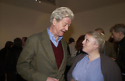 Gillon Aitken, Andrew Barrow book party, Redfern Gallery, London. 20 November 2002. © Copyright Photograph by Dafydd Jones 66 Stockwell Park Rd. London SW9 0DA Tel 020 7733 0108 www.dafjones.com