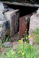 Jerndør inn til en bunkers på Tueneset utenfor Ålesund.<br /> Foto: Svein Ove Ekornesvåg