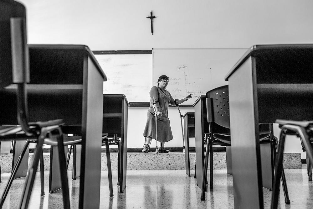 La psic&oacute;logo cl&iacute;nico, Carolina Mora adem&aacute;s de tener una<br /> discapacidad por sufrir polio es docente en el Centro de Estudios Religiosos (CER) de Altamira. Carolina imparte clases de crecimiento personal a novicias de distintas congregaciones. Caracas, 12 de junio de 2014. (Foto/Ivan Gonzalez)