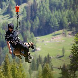 Entra&icirc;nement des &eacute;quipes cynophiles de la Gendarmerie de Haute Savoie. H&eacute;litreuillage depuis un EC145 de la SAG de Chamonix d'&eacute;quipes cynophiles fran&ccedil;aises et suisses sur un ponton au dessus de la cascade de Berard.<br /> Mai 2017 / Chamonix (74) / FRANCE<br /> Voir le reportage complet (70 photos) http://sandrachenugodefroy.photoshelter.com/gallery/2017-05-Helitreuillage-a-la-SAG-Chamonix-Complet/G0000DY7DXzTpv20/C0000yuz5WpdBLSQ