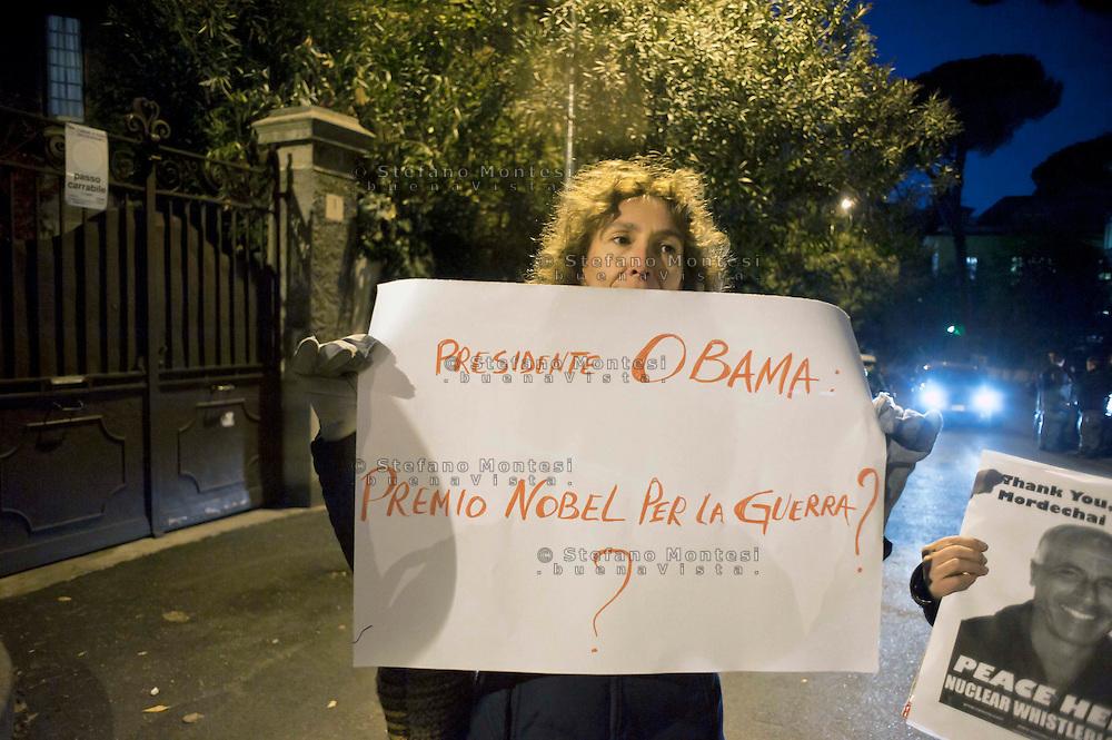 Roma 15 Novembre 2011.Pacifisti manifestano nei pressi dell'Ambasciata Israeliana, contro Israele e le testate nucleari che detiene e  per le minacce contro l'Iran. I manifestanti chiedono che  Mordechai Vanunu,l'ingegnere nucleare che svelo' al mondo l'armamento nucleare israeliano possa lasciare  lo stato d'Israele, cosa che gli è vietata..un cartello contro il presidente degli Stati Uniti d'America Obama