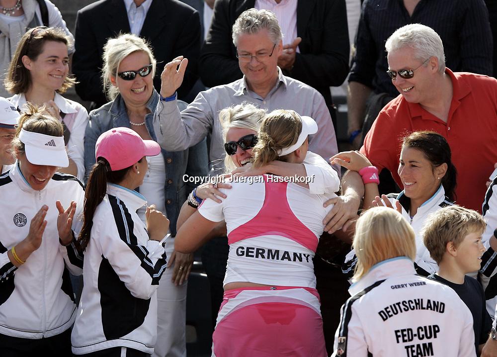 Fed Cup Germany - Croatia , ITF Damen Tennis Turnier in Fuerth, Wettbewerb der Mannschaft von Deutschland gegen Kroatien. Anna-Lena Groenefeld (GER) umarmt ihre Mutter nach dem Sieg, Team schaut zu und freut sich, Jubel, Emotion, Eltern.<br />Foto: Juergen Hasenkopf<br />B a n k v e r b.  S S P K  M u e n ch e n, <br />BLZ. 70150000, Kto. 10-210359,<br />+++ Veroeffentlichung nur gegen Honorar nach MFM,<br />Namensnennung und Belegexemplar. Inhaltsveraendernde Manipulation des Fotos nur nach ausdruecklicher Genehmigung durch den Fotografen.<br />Persoenlichkeitsrechte oder Model Release Vertraege der abgebildeten Personen sind nicht vorhanden.