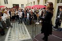 01 AUG 2005, BERLIN/GERMANY:<br /> Lucy van Org, Saengerin, singt anl. des ersten Treffens des Berlin Teams, dem ehrenamtlichen Unterstuetzerteams der Berliner SPD, Innenhof, Stresemannstr. 30<br /> IMAGE: 20050801-02-009<br /> KEYWORDS: Wahlkampf, Bundestagswahl