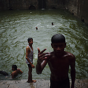 The pool (baoli) inside Nizamuddin Dargah is the crowds look for its blessed waters, but also to bathe or even dive from any available spot.