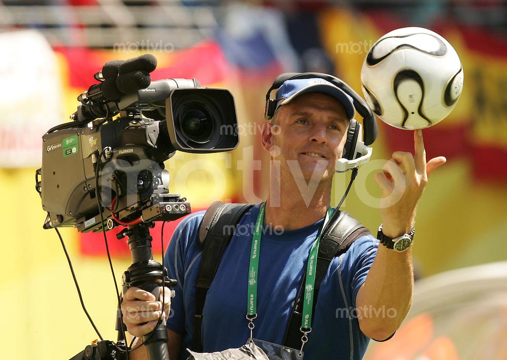 Fussball WM 2006  Gruppenspiel  Vorrunde Gruppe H  Spanien - Ukraine  Ein Kameramann jongliert mit einem Ball