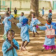LÉGENDE: Les enfants joeunt et apprennent avec leurs enseignantes. LIEU: Centre Social Jardin d'enfants, Sarh, Tchad. PERSONNE(S): Les enfants.