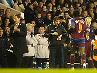 Photo: Ed Godden/Sportsbeat Images.<br /> Tottenham Hotspur v Newcastle United. The Barclays Premiership. 14/01/2007. Newcastle Manager Glenn Roeder, applauds Obafemi Martins (R), after scoring.