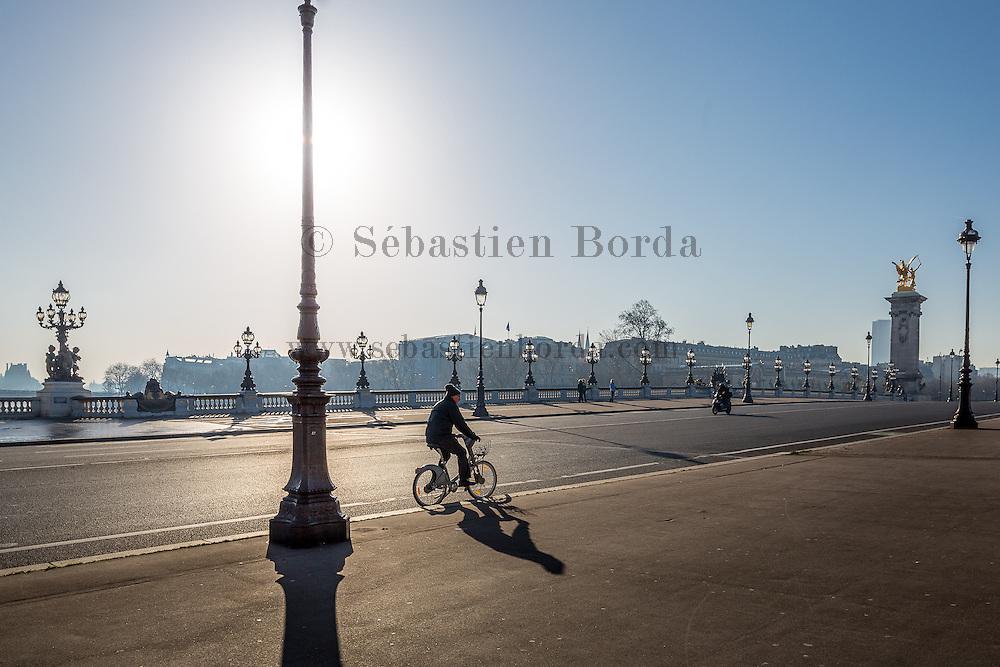 Homme conduisant un velib sur le pont Alexandre 3 // Man riding a velib on Alexandre 3 bridge