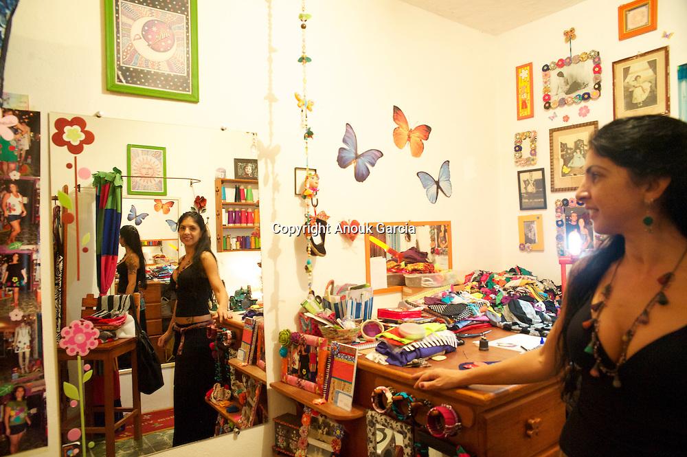 Dans son micro Atelier Boutique, Maria Morena de?coupe et de?tourne des cre?ations haute en couleurs///In her micro Workshop Shop, Maria Morena cuts out and diverts creations high colors