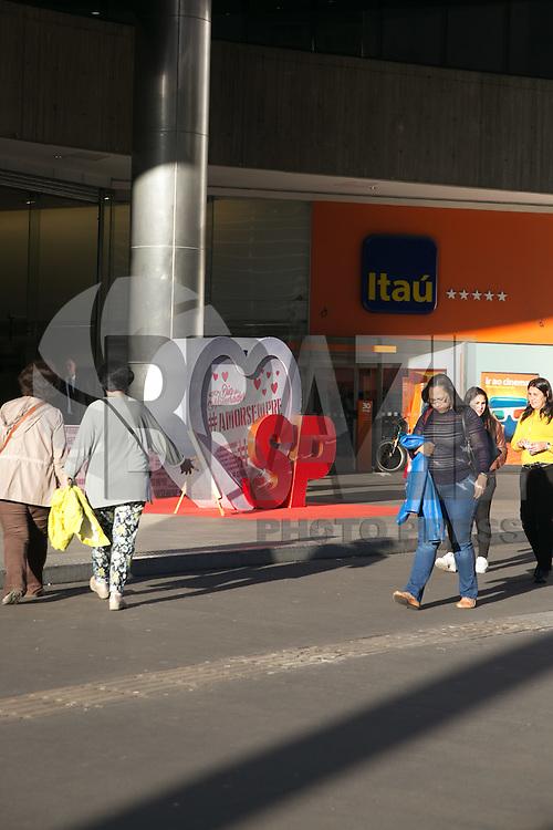 SÃO PAULO, SP, 31.05.2016 – COMÉRCIO-SP - O comércio paulistano se prepara para as vendas do dia dos namorados, no próximo dia 12 de junho, na foto coração gigante é visto em frente a shopping center na avenida Paulista, nesta terça-feira, 31. (Foto: Ciça Neder/Brazil Photo Press)