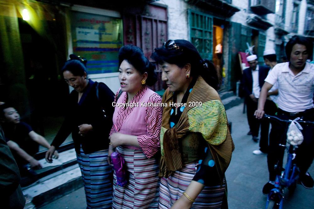 LHASA, JUNE-16, 2009 : Tibetan women in an alley near the Yokang temple.
