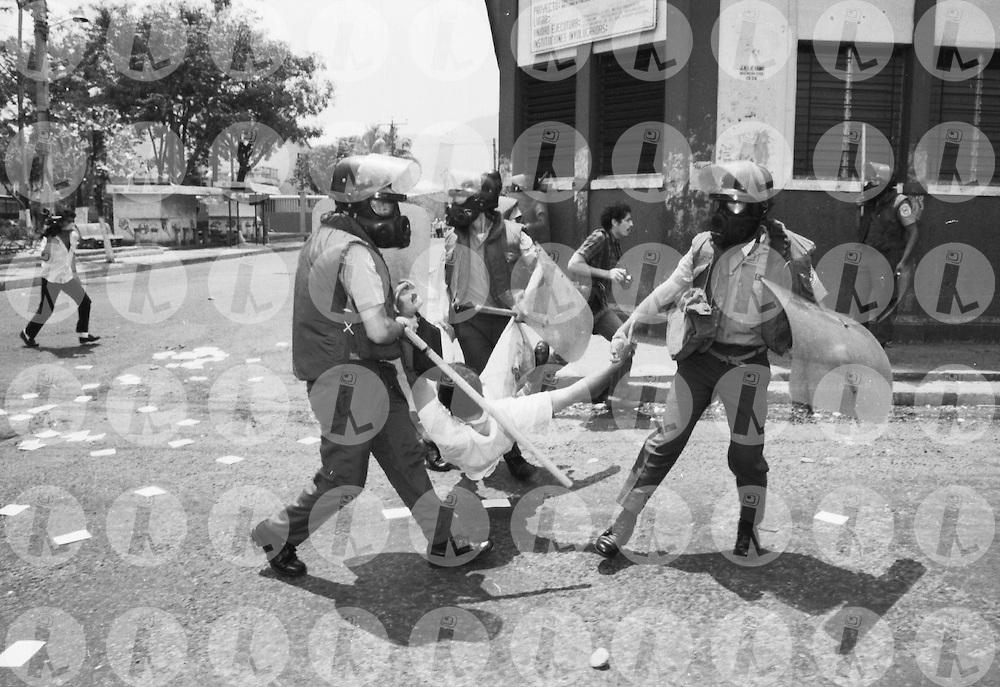Miembros de la Policia Nacional reprimen una marcha de lisiados de guerra San Salvador, El Salvador 1992.(IL Photo).