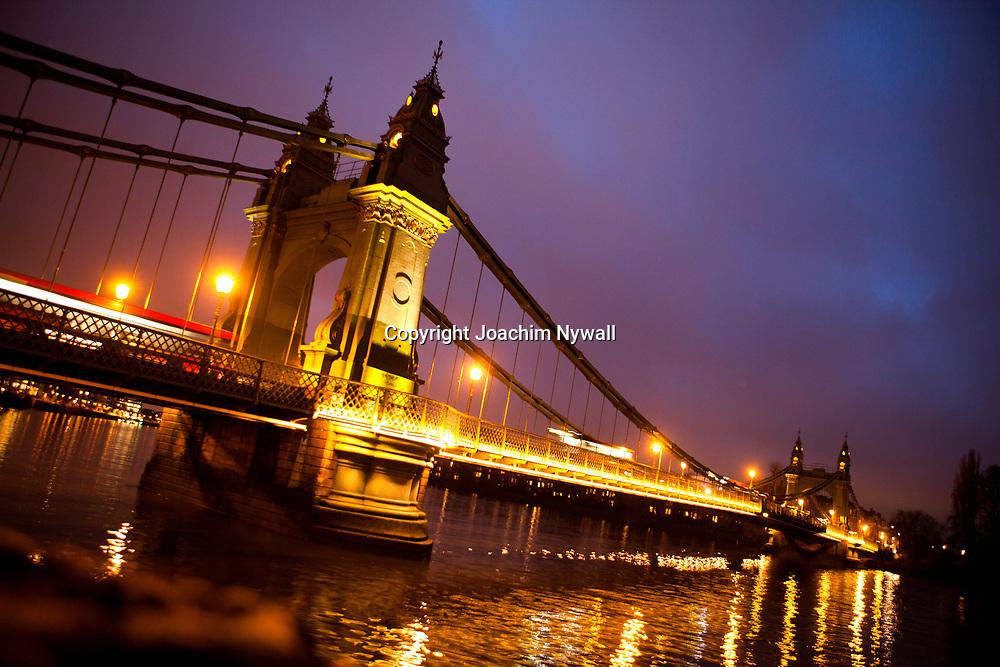 London 2011<br /> Hammersmith bridge bro v&auml;nster trafik statyer kv&auml;llsbild upplyst <br /> <br /> <br /> FOTO : JOACHIM NYWALL KOD 0708840825_1<br /> COPYRIGHT JOACHIM NYWALL<br /> <br /> ***BETALBILD***<br /> Redovisas till <br /> NYWALL MEDIA AB<br /> Strandgatan 30<br /> 461 31 Trollh&auml;ttan<br /> Prislista enl BLF , om inget annat avtalas.