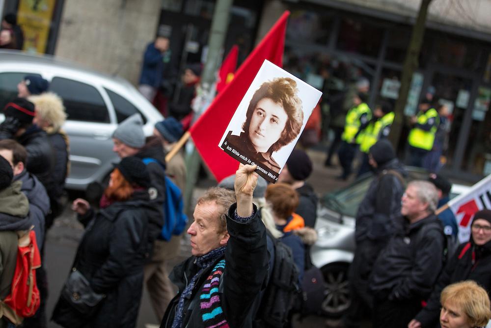 In Berlin haben am heutigen Sonntag (10.01.16) mehrere Tausend Menschen an die Ermordung der Sozialistenführer Rosa Luxemburg und Karl Liebknecht vor 97 Jahren erinnert. Rechte Freikorps-Soldaten hatten Luxemburg und Liebknecht am 15. Januar 1919 in Berlin hinterrücks ermordet.  Die Demonstration verlief friedlich und ohne besondere Zwischenfälle.