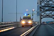 Nederland, Nijmegen, 5-5-2014Ambulance rijdt met zwaailichten en hoge snelheid over de busbaan van de Waalbrug op weg naar een ziekenhuis in de stad.Foto: Flip Franssen