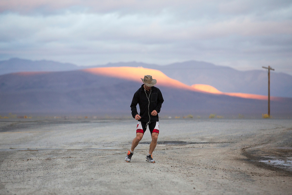 De Canadees Todd Reichert van Aerovelo verbreekt het wereldrecord snelfietsen. In Battle Mountain (Nevada) wordt ieder jaar de World Human Powered Speed Challenge gehouden. Tijdens deze wedstrijd wordt geprobeerd zo hard mogelijk te fietsen op pure menskracht. Ze halen snelheden tot 133 km/h. De deelnemers bestaan zowel uit teams van universiteiten als uit hobbyisten. Met de gestroomlijnde fietsen willen ze laten zien wat mogelijk is met menskracht. De speciale ligfietsen kunnen gezien worden als de Formule 1 van het fietsen. De kennis die wordt opgedaan wordt ook gebruikt om duurzaam vervoer verder te ontwikkelen.<br /> <br /> The Canadian Todd Reichert of Aerovelo sets a new land speed record by bicycle. In Battle Mountain (Nevada) each year the World Human Powered Speed Challenge is held. During this race they try to ride on pure manpower as hard as possible. Speeds up to 133 km/h are reached. The participants consist of both teams from universities and from hobbyists. With the sleek bikes they want to show what is possible with human power. The special recumbent bicycles can be seen as the Formula 1 of the bicycle. The knowledge gained is also used to develop sustainable transport.