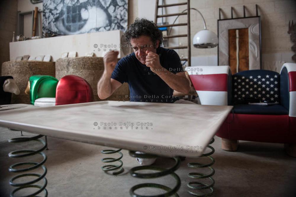 Altamura - Lo scultore Vito Maiullari nello suo studio con alcune opere in pietra murgese.
