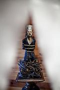 Holzskulptur von Jan Hus auf dem Scheiterhaufen in einer Ausstellung im  Haus Na Sboru in Kunvald (deutsch Kunwald) welches an den Beginn der Brüderunität erinnert.
