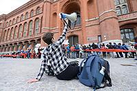 11 OCT 2019, BERLIN/GERMANY:<br /> Jugendliche bilden im Rahmen einer Demo von Fridays for Future eine Kette um das Rote Rathaus und fordern wirkungsvolle Massnahmen gegen den Klimawandel, Rotes rathaus<br /> IMAGE: 20191011-01-049<br /> KEYWORDS: Demonstration, Demo, Demonstranten, Klima, Klimawandel, climate change, protest, Schueler, Schüler, Studenten, Protest
