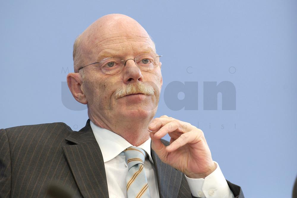 30 MAR 2004, BERLIN/GERMANY:<br /> Peter Struck, SPD, Bundesverteidigungsminister, waehrend einer Pressekonferenz zum neuen Ausruestungs- und Materialkonzept der Bundeswehr, Bundespressekonferenz<br /> IMAGE: 20040330-02-023