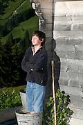 Bain de pied à l'alpage: garçon de châlet refroidissant ses pieds nus dans un bac d'eau froide, alpage de la Tissineva, Charmey, été 2009. Erfrischendes Fussbad: Alp Tissineva, Charmey, 2009. © Romano P. Riedo